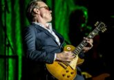 Photo of Joe Bonamassa with his 1959 Gibson les Paul Standard