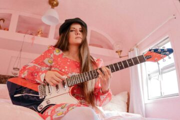 Photo of singer/songwriter/guitarist Arielle